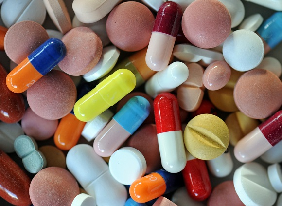 ARCHIV - ILLUSTRATION - Verschiedene Pillen und Tabletten liegen auf einem Teller, aufgenommen am 20.02.2012. Tabletten gegen die Kreuzschmerzen, ein Magenmittel und oben drauf ein Fläschchen Melissengeist: Immer mehr Menschen über 60 Jahre sind medikamentenabhängig, warnen Experten. Sucht ist nicht nur ein Problem der jüngeren Generation. Die Zahl der Senioren im Land, die abhängig von Pillen und Tropfen sind, nimmt zu. Dies ergab eine Umfrage der Nachrichtenagentur dpa. Foto: Matthias Hiekel dpa/lbn/lah (zu dpa-Umfrage vom 04.08.2012) +++(c) dpa - Bildfunk+++