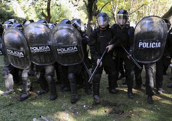 DYN18, BUENOS AIRES 26/04/2013, AGENTES DE LA POLICÍA METROPOLITANA SE .ENFRENTARSE ESTA MAÑANA CON TRABAJADORES DEL GREMIO ATE EN EL HOSPITAL NEUROPSIQUIÁTRICO BORDA, EN EL BARRIO PORTEÑO DE BARRACAS. FOTO:DYN/RODOLFO PEZZONI.
